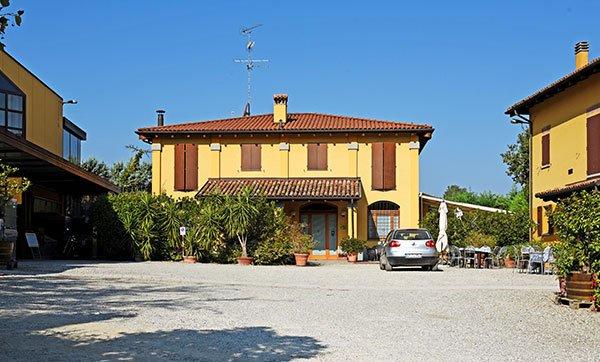 Agriturismo esterno cortile Borgo delle Vigne a Zola Predosa