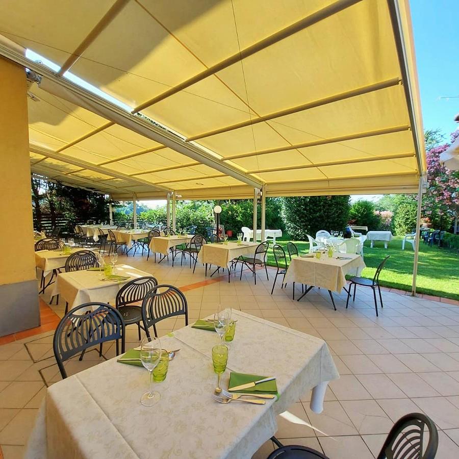 Giardino e terrazzo estivo del ristorante agriturismo Borgo delle Vigne a Zola Predosa