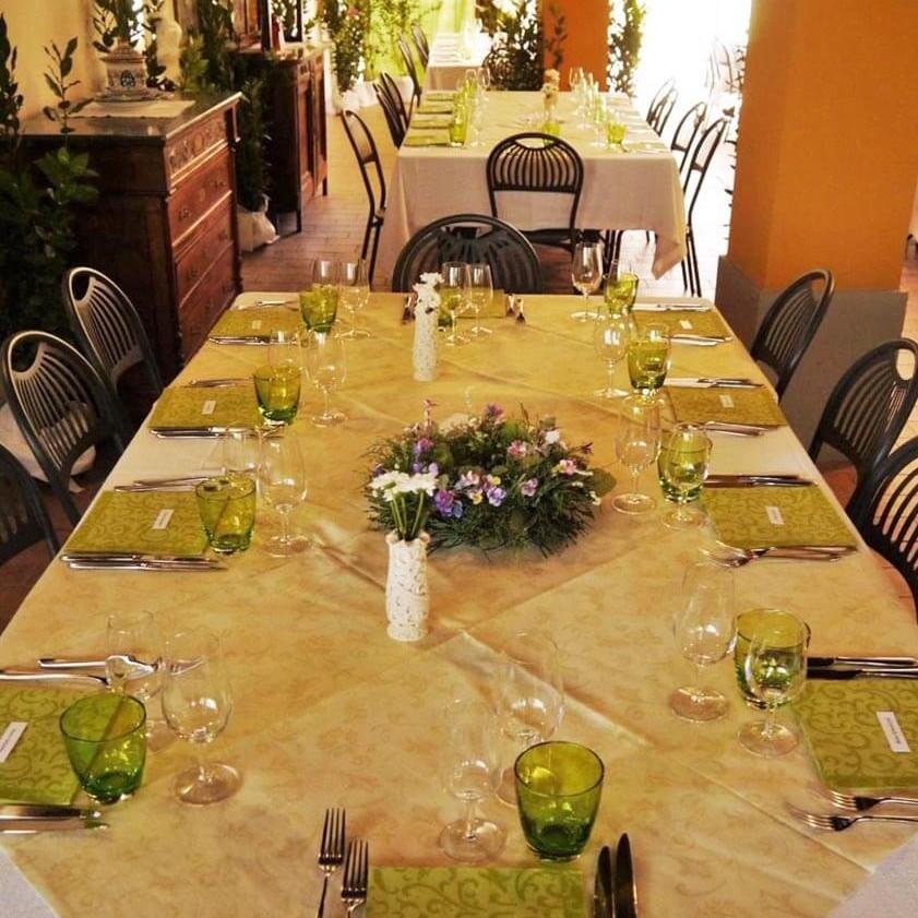 Terrazzo coperto fra le sale del ristorante dell'agriturismo Borgo delle Vigne a Zola Predosa